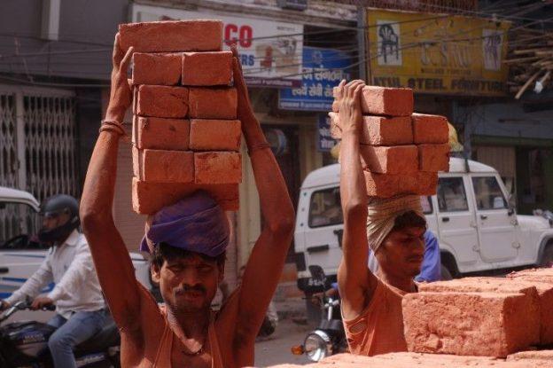 Des hommes travaillent du coté de Varanasi. Photo blog voyage tour du monde. https://yoytourdumonde.fr