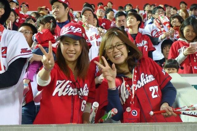Photo de fan de l'equipe d'Hiroshima dans le Mazda Stadium. Photo blog voyage tour du monde https://yoytourdumonde.fr