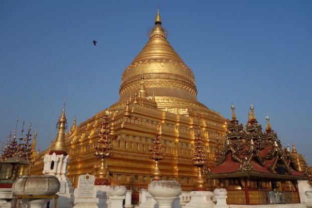 La Pagode Shwezigon avec son toit doré photo blog voyage tour du monde https://yoytourdumonde.fr