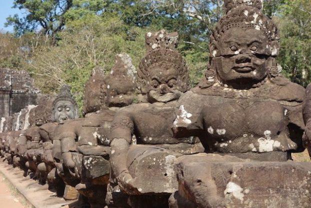 Dieux ou anti dieux du coté d'Angkor Thom dans les temples d'Angkor photo blog http://yoytourdumonde.Fr