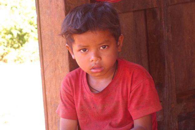 Enfant laos plateau des bolovens photo blog voyage tour du monde https://yoytourdumonde.fr