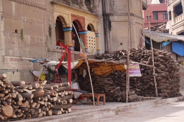 Avant de mourir les hindouistes doivent economiser pour payer le bois en vue de se faire incinerer. Photo voyage tour du monde https://yoytourdumonde.fr