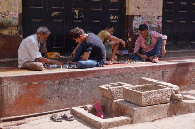 Dans l'ancienne ville de Varanasi des joueurs d'echecs. Photo blog voyage tour du monde. https://yoytourdumonde.fr