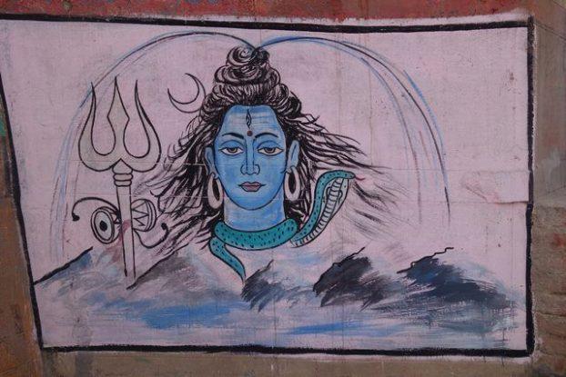Le trident de Shiva symbole du Dieu. Photo prise à Benares ou Varanasi. Photo blog https://yoytourdumonde.fr