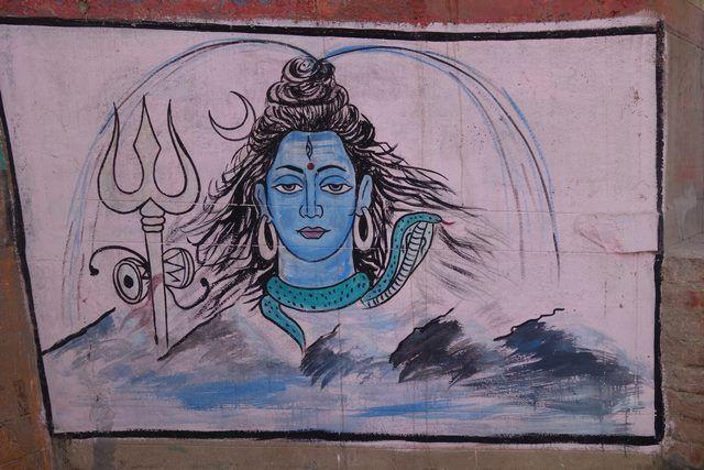 Le trident de Shiva symbole du Dieu. Photo prise à Benares ou Varanasi. Photo blog http://yoytourdumonde.fr