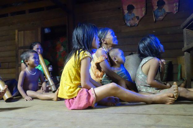 Rencontre avec une famille au Laos au plateau des bolovens photos blog voyage tour du monde https://yoytourdumonde.fr