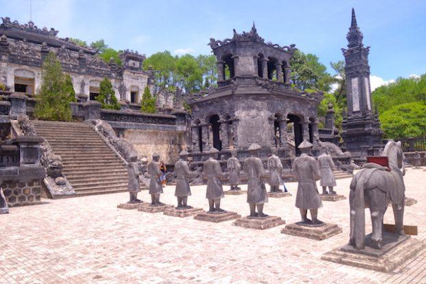 Tombe Impériale de Dong Khanh avec la cour qui attend le retour de l'Empereur. Photo blog voyage tour du monde asie vietnam hué https://yoytourdumonde.fr