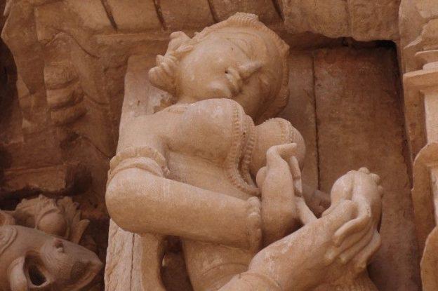 Une femme se retire une epine du pied du coté de Khajuraho en Inde. Photo blog voyage tour du monde https://yoytourdumonde.fr