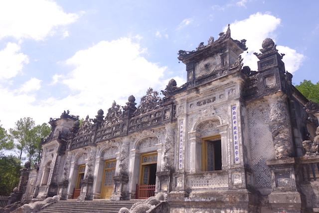 Tombe Impériale de Dong Khanh avec une architecture entre occidentale et asiatique. Photo blog voyage tour du monde Hué Vietnam http://yoytourdumonde.fr