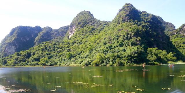 Beauté de la Baie d'Halong terrestre photo blog voyage tour du monde http://yoytourdumonde.fr
