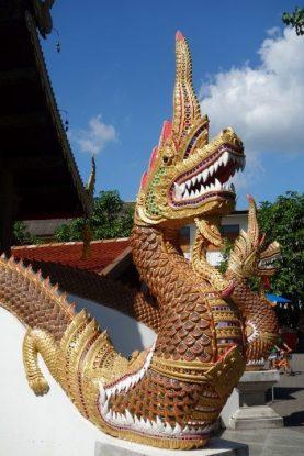 Tres caracteristiques des temples bouddhistes du cote de la Thailande, les dragons sont souvent present dans les entrees de temple.