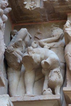 Scene de penetration dans une des temples de Khajuraho en Inde photo blog voyage tour du monde https://yoytourdumonde.fr