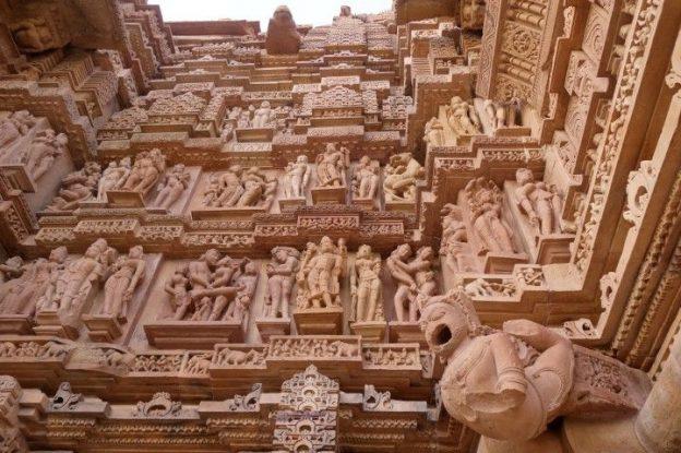 Tres belle façade d'un temple de Khajuraho en Inde photo voyage tour du monde https://yoytourdumonde.fr
