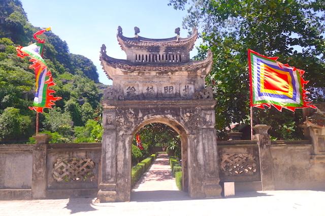 Entrée vers le temple de Hoa Lu photo blog voyage tour du monde http://yoytourdumonde.fr