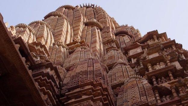 Les temples de Khajuraho sont d'une beauté incroyable avec la presence de centaines de statues sur plusieurs etages. Photo blog voyage tour du monde https://yoytourdumonde.fr