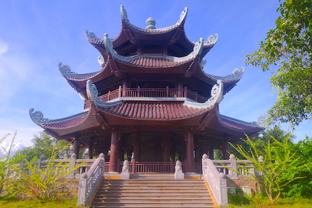 Temple bouddhiste pagode bai dinh dans la baie d'halong terrestre photo blog tour du monde http://yoytourdumonde.fr