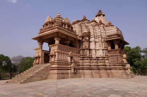 Les temples de Khajuraho ou des scenes erotiques sont très presentes sont inscrit au Patrimoine de l'Unesco. Photo blog voyage tour du monde https://yoytourdumonde.fr