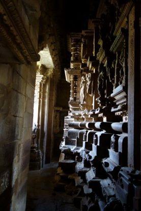 La beauté des temples de Khajuraho sont à l'exterieur des temples mais aussi à l'interieur. Photo blog voyage tour du monde https://yoytourdumonde.fr