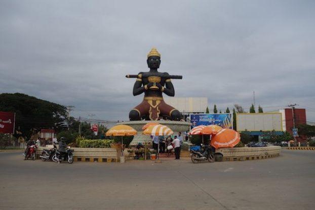 Ta Dumbong Statue se trouve dans le centre de Battambang et sur un rond point il s'agit d'un geant.
