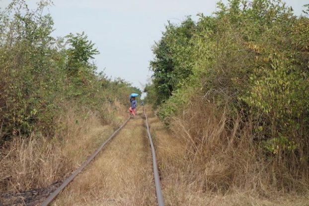 Voie ferroviere sur la ligne de Battambang avec le train en bombou photo blog https://yoytourdumonde.fr