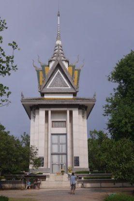 sur le site de killing fields les ossements des morts contre la barbarie de pol pot et des khmers rouges se trouvent dans un stupa sur le site de Killing Fields photo blog http//yoytourdumonde.fr