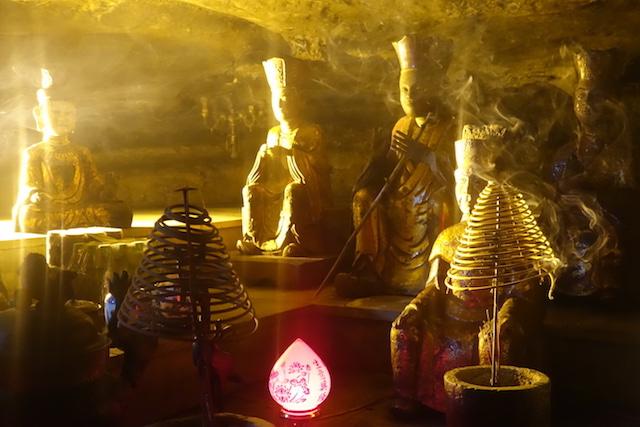Statues dans une grotte bouddhsite