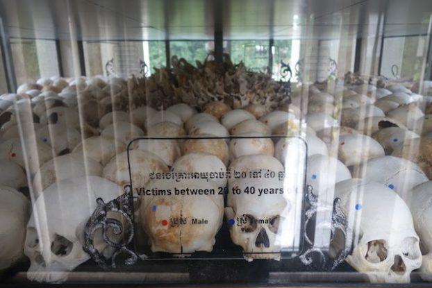 Cambodge les cranes de personnes assassines par les khmers rouges du cote de Killing Fiels photo blog https://yoytourdumonde.fr