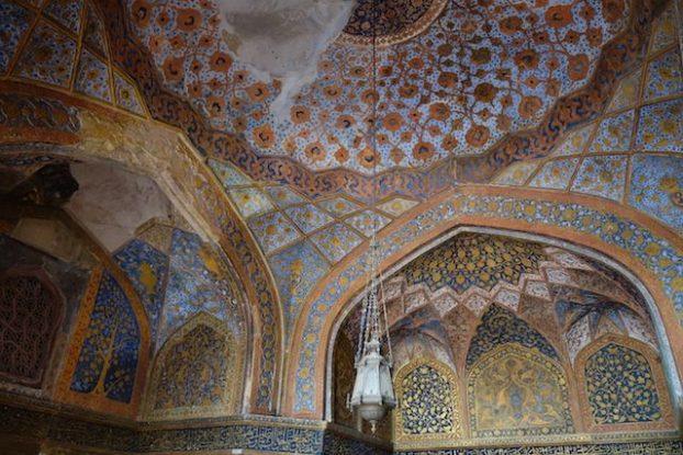 L'intérieur du Mausolée d'Akbar pres de Agra est tout simplement magnifique avec de très beaux motifs phot blog voyage tour du monde https://yoytourdumonde.fr