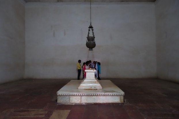 Dans les mausolées en inde notamment pres de agra avezc le mausolée de Akbar est que l'interieur est absent de decoration photo blog voyage tour du monde https://yoytourdumonde.fr