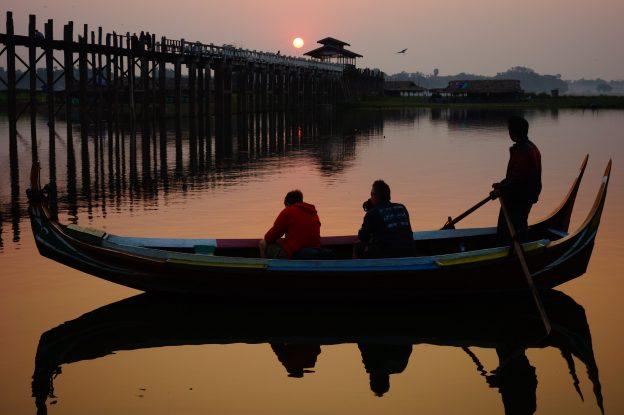 couché du soleil sur le pont d'U Being en birmanie pont le plus long du monde en teck photo blog voyage tour du monde https://yoytourdumonde.fr