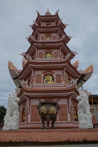 a mui ne dans le sud du vietnam vous pouvez visiter de nombreuses pagode blog http://yoytourdumonde.fr