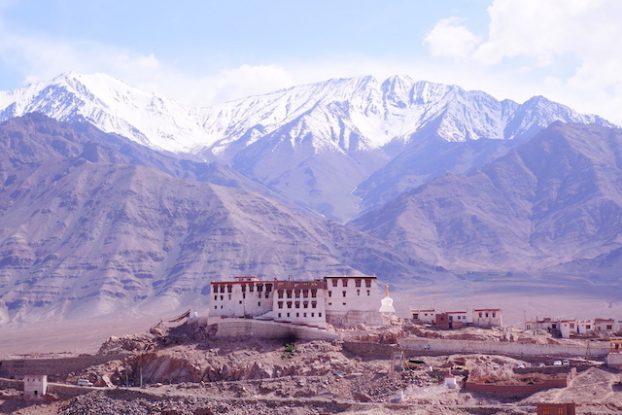 Les montagnes et les monasteres sont l'images du Ladakh photo blog voyage tour du monde https://yoytourdumonde.fr