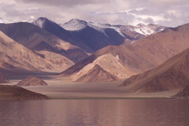 Encerclé de montagnes et de lacs le Ladakh est un territoire d'une beauté hallucinante photo blog voyage tour du monde https://yoytourdumonde.fr