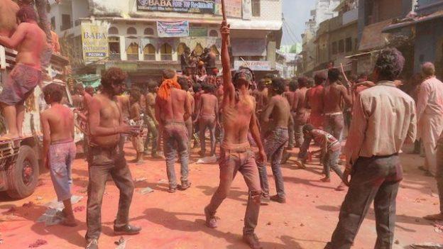 la place ou se termine la fete des couleurs ou Holi du cote de pushkar en inde photo voyage tour du monde blog https://yoytourdumonde.fr