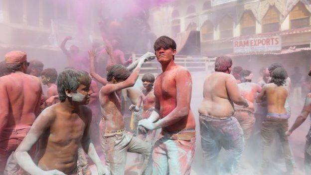 magnifique fete des couleurs en inde ou de holi ici du cote de pushkar conseil voyage tour du monde blog https://yoytourdumonde.fr