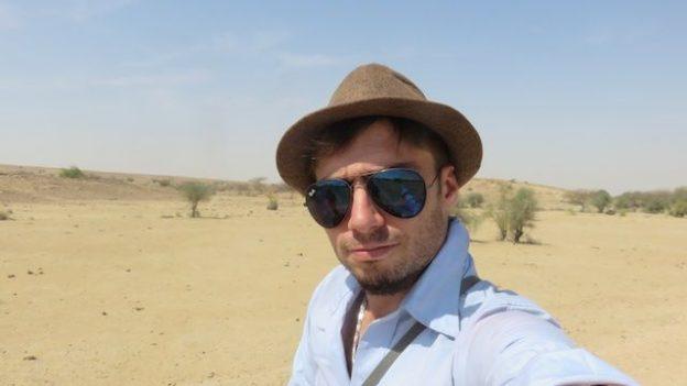 Les lunettes tout commes le chapeau sont une obligation pour visiter le desert de thar dans le rajasthan photo voyage tour du monde https://yoytourdumonde.fr