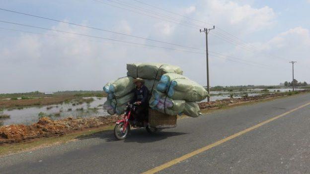Les motos sont pleine à craquer entre le poste frontalier du Cambodge et du Vietnam. Photo prise à Kep sur blog https://yoytourdumonde.fr