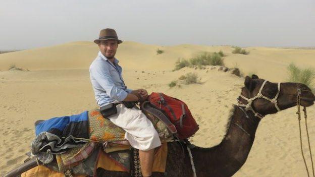 Portrait en compagnie de mon dromadaire lors de mon circuit et visite dans le desert de Thar photo voyage tour du monde https://yoytourdumonde.fr