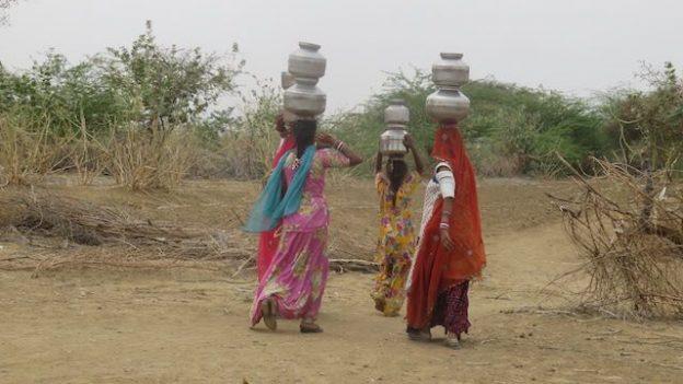 Des femmes vont puiser l'eau des puits pour survivre dans le desert de thar en inde dans le rajasthan. elles font des dizaines de kilometres par jours pour chercher l'eau photo voyage tour du monde https://yoytourdumonde.fr