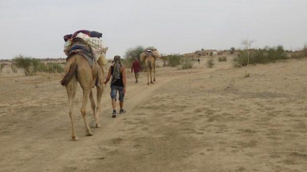 non loin de Jaisalmer dans le Rajasthan en compagnie des dromadaires photo blog voyage tour du monde https://yoytourdumonde.fr