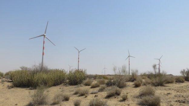 Il y a d'enorme eoliennes dans le desert de thar ce qui est tres surprenant mais apres une journée elles deviennent inexistantes il n'y a que le desert photot voyage tour dumonde https://yoytourdumonde.fr