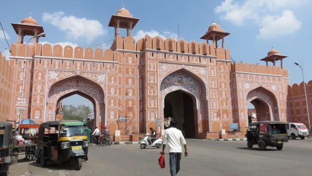 les portes d'entrée de la ville sont magnifiques avec une enceinte de plusieurs metres photo blog voyage tour du monde https://yoytourdumonde.fr