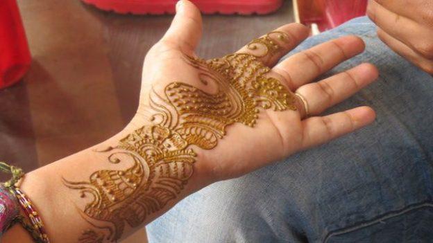 un petit tatouage pour quelques jours du cote de jaipur en inde capitale du rajasthan photo blog voyage https://yoytourdumonde.fr