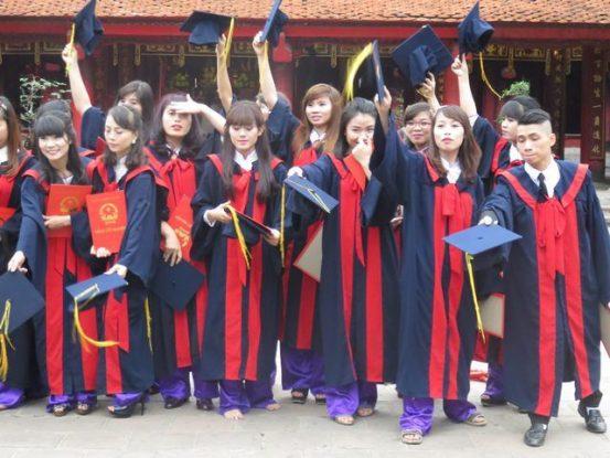 Hanoi- Vietnam: Etudiant fetant leur diplome au Temple de la litterature d'Hanoi.
