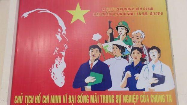 Vietnam: Saigon ne déroge pas à la régle. Ici il y a de très nombreuses affiches de propagandes dans les rues. Sur la gauche de cette affiches vous pouvez voir Ho Chi Minh.