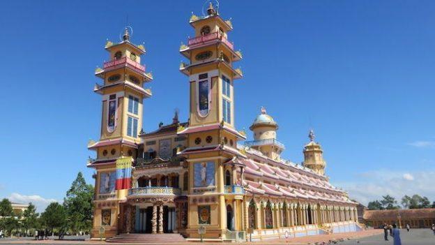 Vietnam: Le Temple de Cao Dai à Tay Ninh se situe à 2h de Saigon. A visiter absolument!