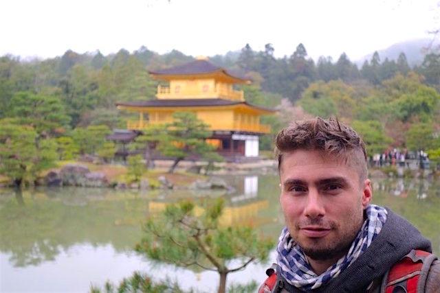Portrait de Yohann Taillandier devant le pavillon d'or à Kyoto au Japon photo tour du monde http://yoytourdumonde.fr