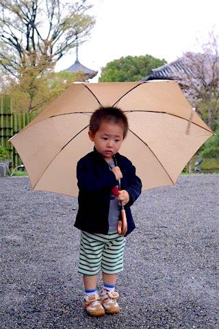 Petit jeune japonais sous la pliue photo blog voyage tour du monde.fr