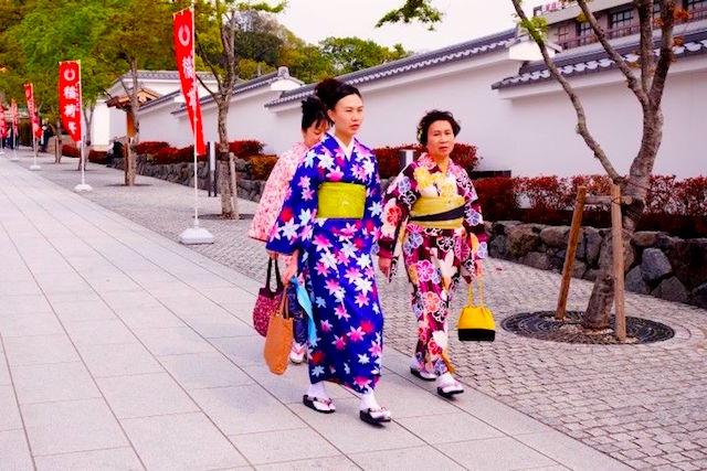 Femme japonaise en tenue tradionnelele photot blog voyage tour du monde htpp://yoytourdumonde.fr