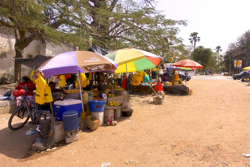 Il y a plein de petits marchés à Ziguinchor comme celui-ci qui se trouve juste à côté de l'embarcadère. Photo blog voyage tour du monde https://yoytourdumonde.fr